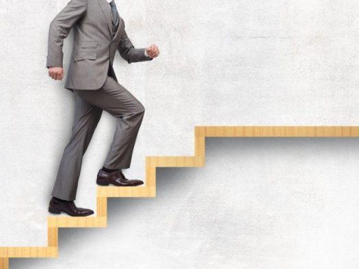 イメージ画像-階段を上る人