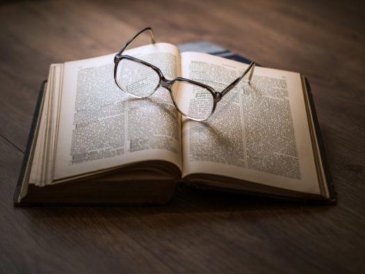 イメージ画像-本と眼鏡