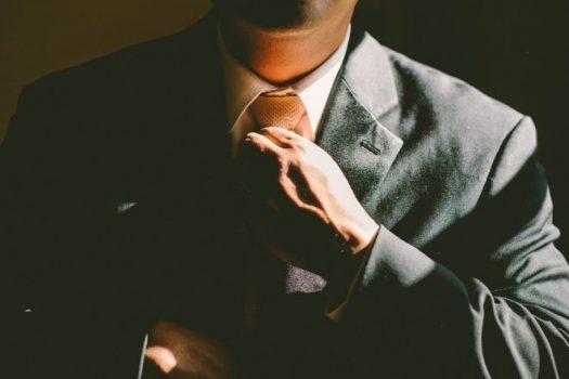 イメージ画像-ネクタイを締める人